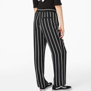 Ett par jättesnygga svart -och vitrandiga byxor från monki. Älskar de här byxorna men tyvärr är de för små för mig. Storlek S men de kan knytas i midjan så passar också XS.