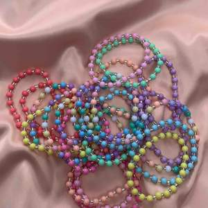 Hej hörni! 🦋🌸🥰Nu går dessa färgglada armband att köpa, ett armband kostar 65kr och två kostar 120kr!                                Glad fredag! ❤️🧡💛💚💙💜