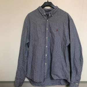 En skjorta av Ralph Lauren i storlek XL. Perfekt skick, knappt använd.