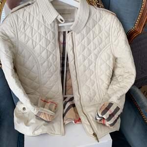 Oanvänd burberry jacka som säljs för den inte kommer till användning längre nypris-7200kr mitt pris-1500 pris kan diskuteras.