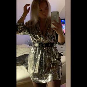 Glittrig klänning från Nelly! Supersnygg och använd en gång! Säljer då den inte kommer till användning.💞 pris kan diskuteras vid snabb affär