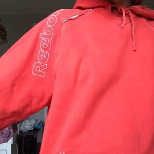 stor mysig hoodie i fin rödorange färg. köpt på humana.