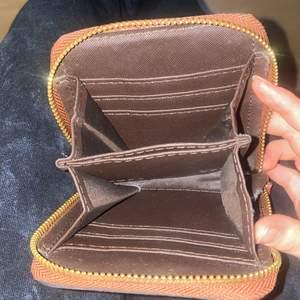 Plånbok har alldrig använt den. FAKE köpt för 500kr säljer skit billigt 200kr-100kr bara. Kan lägga in kort o kontanter o i mitten kan man lägga in mynt