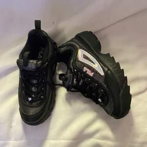 !!SÄLJER FÖR 766:- INKLUSIVE FRAKT VID SNABBT KÖP!! Detta är min systers gamla skor, använda cirka 3 gånger och är i bra skick, lite små i storlek!