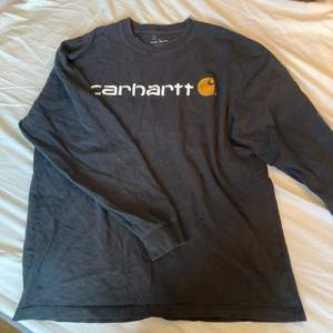 Skön oversize longsleeve från carhartt. Clean färg som är lätt att matcha med.