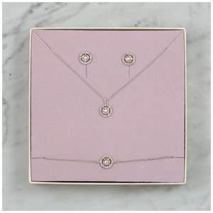 Säljer superfint smyckes-set från Lily and Rose. Modellen heter Miss Miranda Silk, och är alltså örhängen, halsband och armband. De har använts lite men är i bra skick. Köpte dem för 300kr styck och säljer för 600kr för alla tre❤️ Det är bara att höra av sig vid frågor eller om du vill ha bilder på mina exemplar☺️