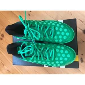 Helt nya Adidas i storlek 43 1/3. Nypris 1500 kronor. Har två oanvänd par. Tar ni båda så får ni dem för 400kr