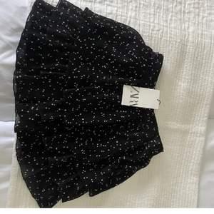 Säljer nu min fina prickiga kjol från zara som inte går att köpa längre, endast använd ett få tal gånger och är där av i nyskick. Storlek s men passar xs-m. Nypris 300 men säljer för 200. Skriv privat för fler bilder.(OBS LÅNADE BILDER)💘💘💘