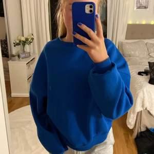 Super fin blå sweatshirt som jag lägger upp igen pga oseriösa köpare💙 den är så fin och Är ett måste till hösten!!! Säljer vid bra bud eller köp direkt för 250+ frakt💙💙