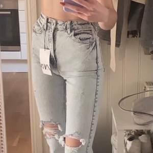 Helt nya jättefina jeans från zara med slits nertill med alla lappar kvar, säljer då de va lite för små för mig💕      Köpare står för frakt men kan även mötas upp i Uppsala         Skriv för fler bilder💕