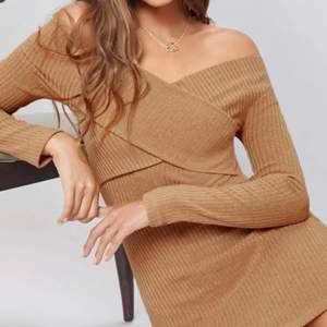 Elegant klänning i ljusbrunt/caramel färg. Oanvänd, visar armar och sitter snyggt. Den passar bra s-m istorlek. Kan träffas i Malmö eller fraktas.