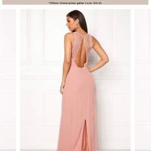 Säljer min klänning som jag hade på min bal! Fint skick och väldigt bekväm! I en gammaldags rosa färg. Köpt för ca 1200kr