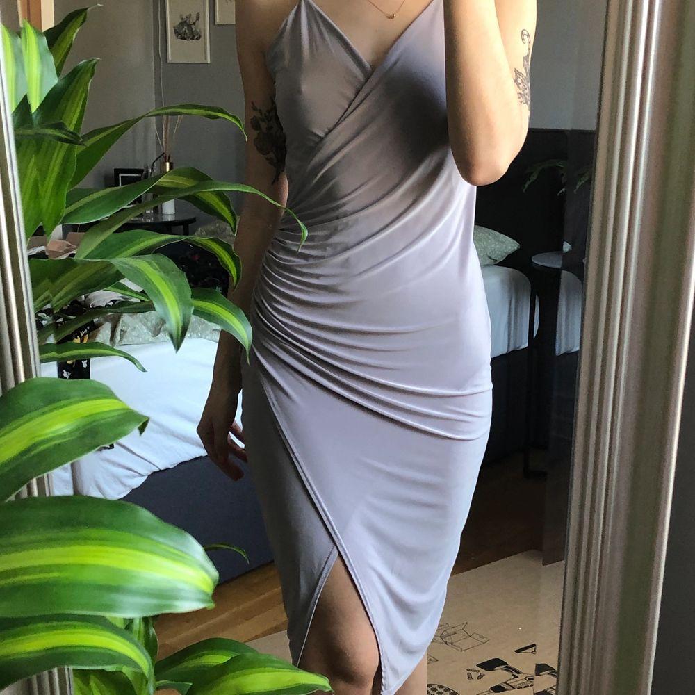 Använd ett fåtal gånger, dock står det ingen storlek på klänningen så är osäker! Jag skulle gissa att den passar allt från 34-38 då den är väldigt stretchig i tyget 💜. Klänningar.