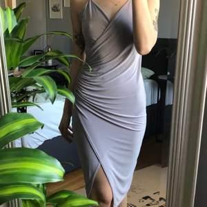 Använd ett fåtal gånger, dock står det ingen storlek på klänningen så är osäker! Jag skulle gissa att den passar allt från 34-38 då den är väldigt stretchig i tyget 💜