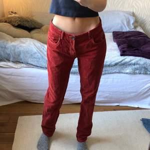 Röda lågmidjade byxor i manchester material!       För stora för mig i midjan,(jag håller bak de lite på bilden). Jag brukar ha w27 i lågmidjat så hade väl passat någon som har runt w29. Annars kan jag bara skicka mått!🍄🍀🤗