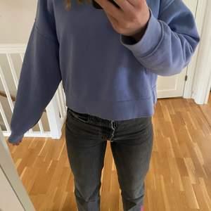 Säljer denna lång ärmade tröja då den inte kommer till användning längre. Den kommer från Zara och är sparsamt använd då jag tycker den varit lite kort. Jag är 164 cm. Säljer den lågt pris då jag vill bli av med den😋 Skriv till mig privat om de vill ha fler bilder.