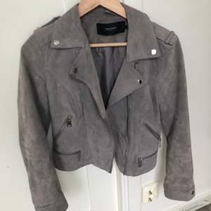 En jacka i mocka från vero moda, det står M men skulle säga att den är mer som en S, nypris 899kr. Säljer den då jag inte använder den längre. Endast använd ett fåtal gånger. Säljer den för 150 + ev frakt💞
