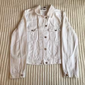 En jeansjacka i vit! Har använt flertal gånger, trots det är den i gott skick. Säljer eftersom jackan ej är min smak. Buda i kommentarerna! Kontakta mig privat ifall du har frågor!