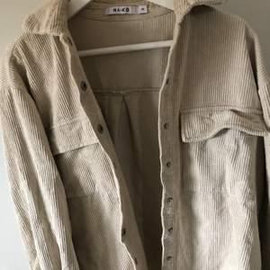 Manchesterjacka/skjorta, från nakd, strl 34. Köpt från plick i höstas, men knappt använt då det inte riktigt är min stil. Sitter lite oversized. 💜