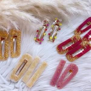 Handgjord hårspännen med egendesigner som gjord av resin i olika kollektioner ✨  • Tutti frutti 🍇🍓🍉 • Red velvet 🍰💓 • Pinky winky 💓✨ • Golden gold my🌟✨ • Dubbel gold ✨✨ Pris: 1 för 35kr 2 för 65kr 3 för 85kr                                                                  Dm för beställning 📲📩 12 kr för frakten 📦📮