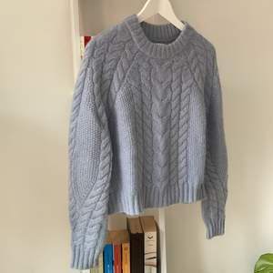 En ljusblå stickad tröja från samsoe samsoe av ull, mohair och nilon. Strl S. Använd väldigt sparsamt! Köparen betalar frakt😊