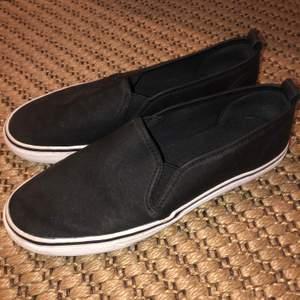 Fina svarta skor. Resår i kanterna och i bra skick.