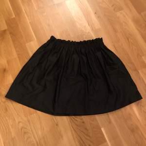 Svart kjol med resår från Zara. Storlek M.