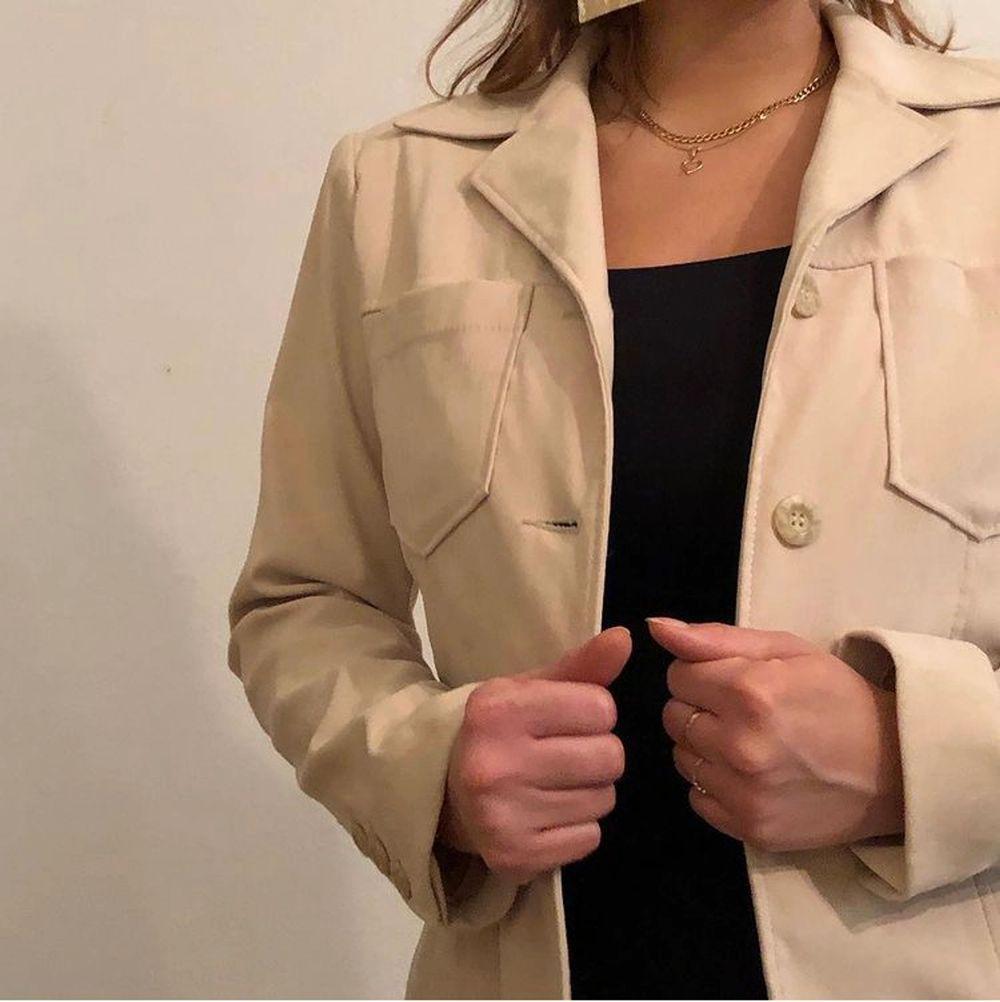 Här är ett riktigt guldkorn en vintage jacka i toppskick! Den är från HM hennescollection som kom för 30 år sen #funfacts  Storlek 40 (liten mer 36/38)  400 kr. Kostymer.