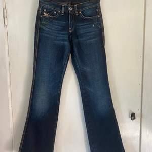 Snygga low-waisted jeans från diesel 💕(vet ej om äkta men verkar va det) köpta secondhand men helt i nyskick inga hål, missfärgningar, slitningar osv. Rak/bootcut modell. Skriv för fler bilder eller frågor köpare står för fraktkostnad 📦 💗