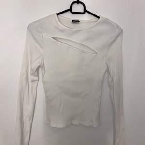 Snygg långärmad ribbad tröja med hål över bröstet, storlek S, ej använd!