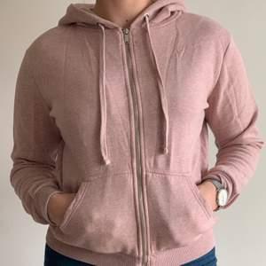 En super och härlig tröja från H&M Basics i puderrosa, storlek S. Själv växlar jag mellan storlek 36 och 38. Har använts få gånger