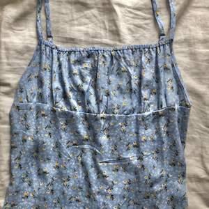 supersöt ljusblå milkmaid klänning med små gula blommor🌼 strl s men passar mer som xs! jag köpte den second hand, men den är från shein, säljer bara för den är för lite för mig!