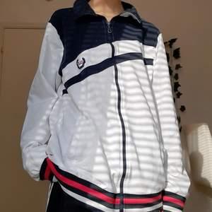 Säljer denna sköna zip up tröjan som är storlek: L/XL  så den sitter baggy. Frakt är 66 kr. Betalning via swish