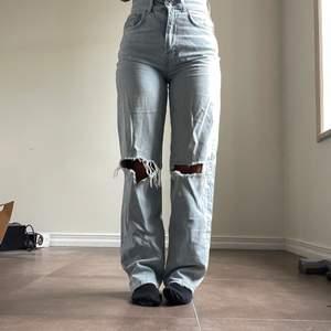 Säljer dessa 90 High waist jeans från Gina tricot då de inte kommit till användning. Dessa är i storlek 34 och passar mig som normalt har denna storlek. Dessa är använda ca 2 gånger och är köpta för 500kr. Köp direkt för 350 ink frakt.