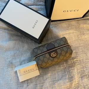 Säljer denna äkta Gucci sminkväska. Nästintill helt oanvänd. Köpt för 3125 kr på Birger Jarlsgatan i Stockholm på Gucci butiken. Kvitto finns kvar, även boxen och allt tillbehör man fick. Skriv till mig privat om intresse eller frågor uppkommer! 💓Pris kan diskuteras.