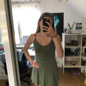 Denna militärgröna klänning från h&m divided, storlek xs. Den är tyvärr för kort för mig. Den är i bra skick. Säljer den för 25kr + 24kr frakt.
