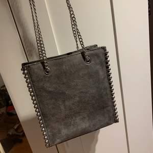 en zara väska som är superfin och påminner om en stella mccartney väska!  KÖP DIREKT FÖR 450kr!! först till kvarn
