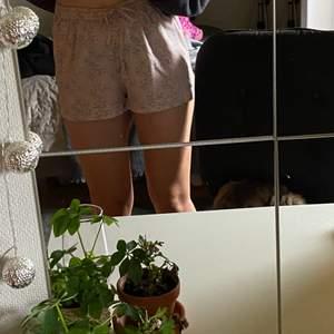 Super fina silkes shorts som passar perfekt för pyjamas, softa hemma eller piffa upp vardagen☺️ Säljer pågrund av att de inte används nå vidare. Storlek S, märke Lager157. Köpta för två till tre år sen. Väldigt lätta i materialet. Passar alla mellan xs-L i storlek. Är 170cm lång och har vanligtvis s/m🤗 pris + frakt. (På sista bilden ser man färgen bättre). Kommer inte ihåg ordinarepris men gissar runt 100-150kr☺️