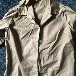 Kortärmad brun skjorta