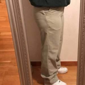 Nu säljer jag mina älskade beiga vintage byxor som endast är använda ett par gånger. Väldigt bra skick, de är köpta på Beyond Retro. Nypris 400 men säljer för 150. Hör av er vid funderingar💞💞💞💞