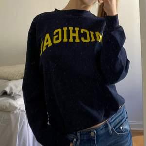 Mörkblå Champion Michigan sweatshirt, passar S/M💛 Jättebekväm och i mycket bra skick!