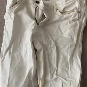Ett par fina jeans säljer då de är för små i midjan dom typ åker ner så för stora ❤️tror de är lågmidjade wide leg jeans och är fett snygga annars har ej använt de så mkt så ganska snygga😌