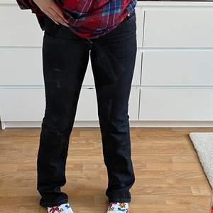 Filippa K Lou black jeans. Raka / lätt utsvängda och mörkgrå/svarta. Midwaist och väldigt fint skick. Innerben: 83cm   Midja: 70cm   Passar långa personer men även korta beroende på önskad stil. Aktiverar budgivning vid många intresserade.