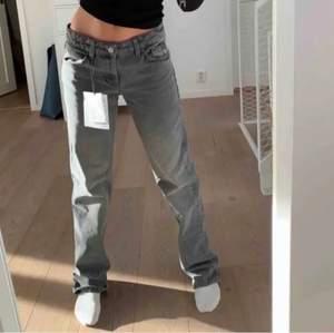 De slutsålda lowaisted jeansen från Zara i storlek 42 helt oanvända med prislapp kvar!💕 köp direkt för 500kr eller buda från 200kr 🌟 köpare står för frakt!