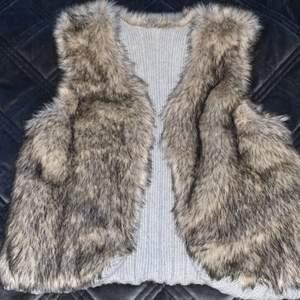 Denna väst kan man använda som både pälsväst och som vanlig väst med grått tyg. Frakt tillkommer.