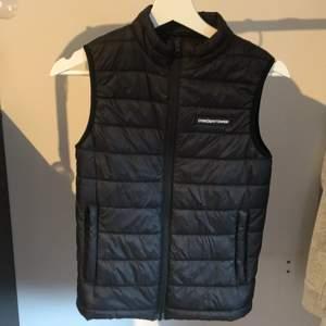 Svart dunväst från Cross Sportswear- i väldigt bra skick, inga skador. Säljer pga att den är för liten för mig.