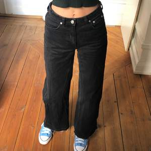 Weekday jeans i den populära modellen Ace. Så sjukt snygga och bekväma, en aning stretchigt material. Typ aldrig använda därav priset🤗🍀🌸💕🍇Jeansen är inte helt perfekt längd för mig som är 180. Hade vart najs med nån cm till. Men de funkar ändå🥰