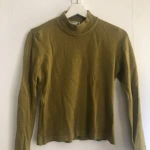 Mycket fin grön turtleneck tröja i stl S. Använd väldigt få gånger, men säljer den pga den inte kommer till användning längre. Hör av er ifall ni har fler frågor💕