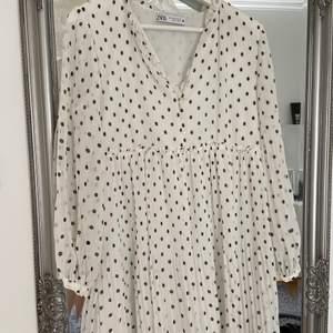 Prickig klänning från Zara. Stl M, men inte så stor i storleken så skulle säga att den passar XS-M. Smått plisserad. Köpt sommaren 2020 och helt oanvänd.