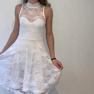 Sjukt fin vit klänning med spets och två snören som knyts runt nacken från bubbleroom, perfekt till sommaren eller t.ex skolavslutningen! Jag är 1,61 och bär strl xs i klänningen. Endast använd 2 gånger! Fler bilder skriv PM! (Nypris 599kr)